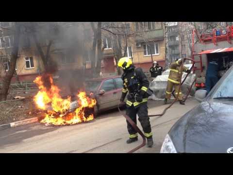 Смотреть Невероятно! Загоревшаяся машина поехала. Пожар Daewoo Espero Люберцы улица Калараш онлайн