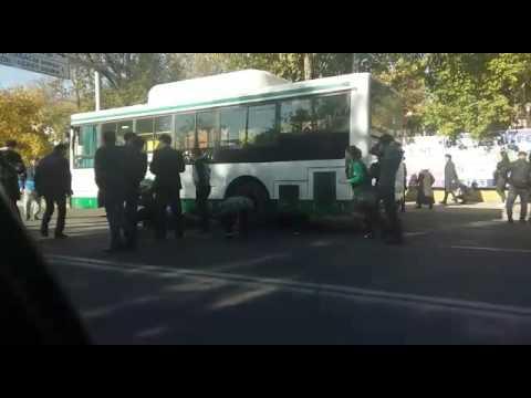 Автобус сбил человека