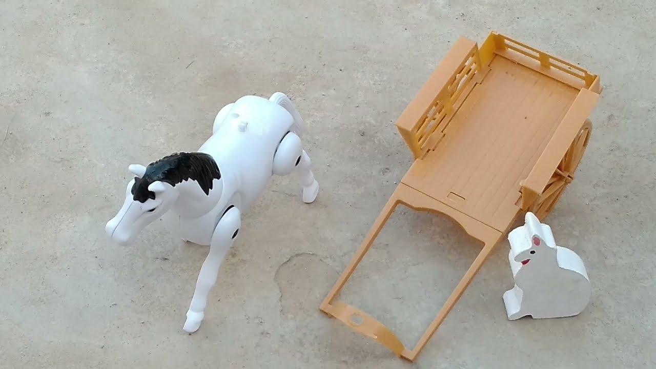 Cavalinho a pilha carregando gatinho na carrocinha