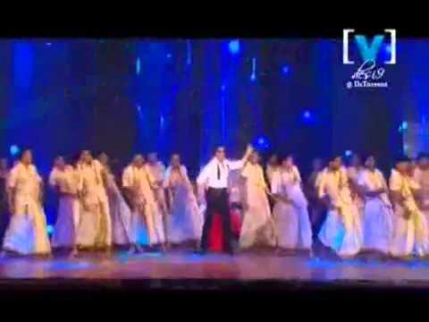 Shahrukh Khan and Kareena Kapoor performing Chamak Challo