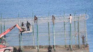 153 migrantes entran en Ceuta saltando su doble valla en la primera incursión en grupo en un año