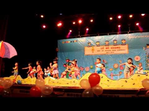 Suri biểu diễn nhảy múa Mùa hè sôi động