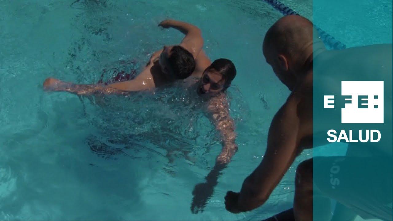 El ahogamiento en piscina por asfixia youtube for Piscina villares de la reina