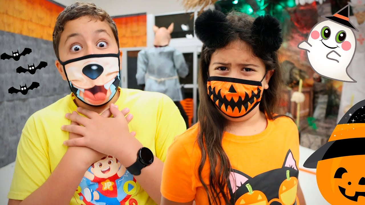 Maria Clara e JP se assustam na loja de Halloween 🎃 tries on Halloween costumes in the store 👻