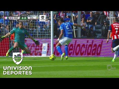 Rodolfo Cota derriba a Jorge Benítez y el árbitro marca penal