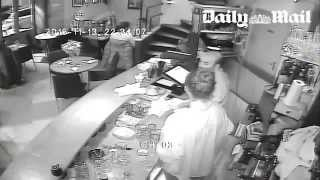 Attentats de Paris : La terrible vidéo d'une attaque sur un restaurant appartenant à un Kabyle(Le Daily Mail publie ce jeudi 18 novembre de nouvelles terribles images : celles d'une vidéo-surveillance d'un restaurant du XIe arrondissement de Paris ..., 2015-11-19T14:54:53.000Z)