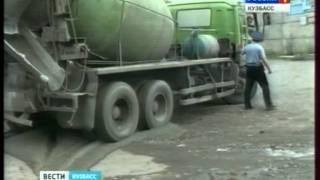 Водитель решил слить бетон на дорогу