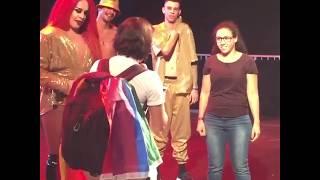 Baixar Gloria Groove ajuda fã a pedir namorada em casamento durante show na Hopi Pride 2018