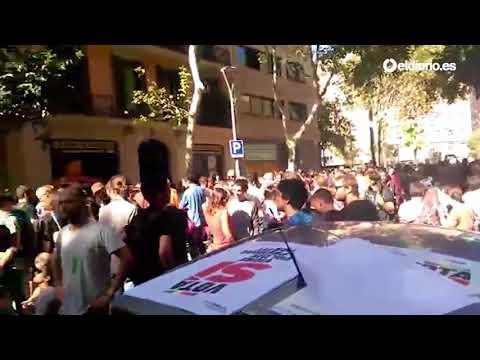 Cientos de personas se concentran frente a la sede de la CUP para bloquear el acceso de la Policía