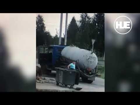 Un camión desaparece bajo el asfalto segundos después de bajarse de él su conductor