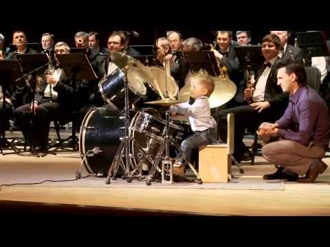 Маленький мальчик на барабанах отжигает