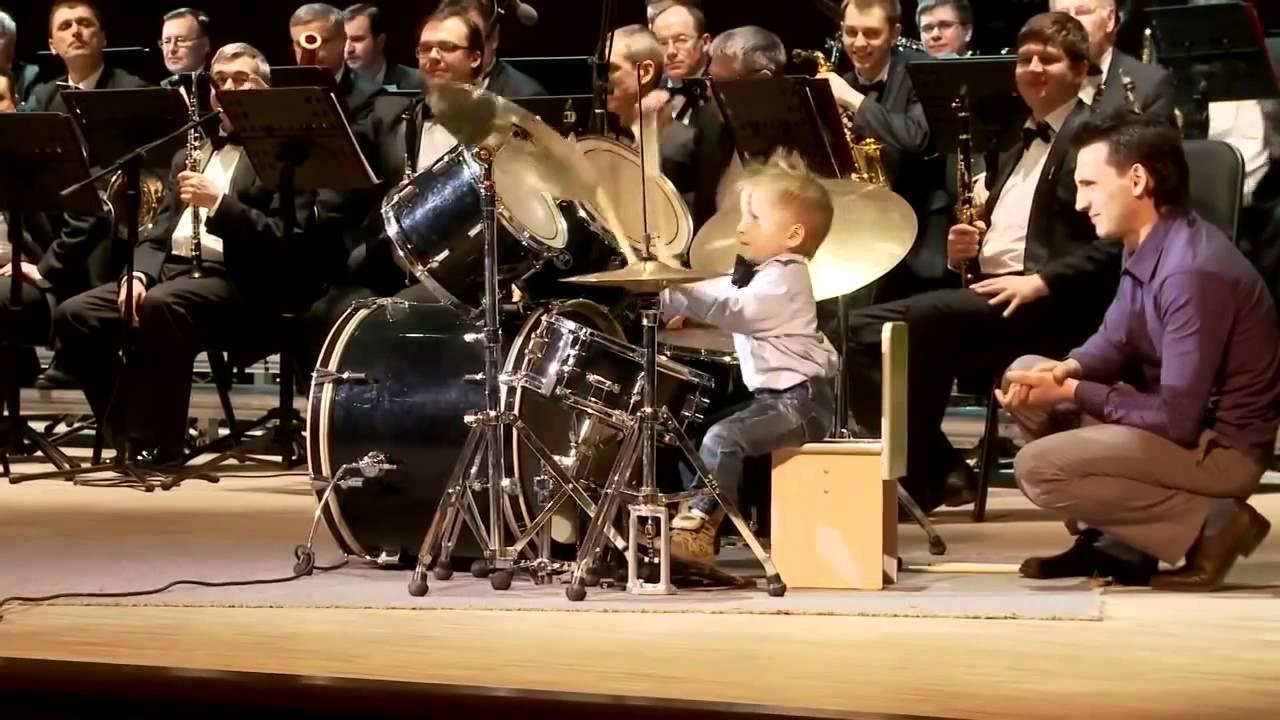 клип негры и белая девушка играют на барабанах