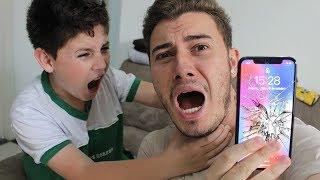 QUEBREI O NOVO IPHONE X DO MEU IRMÃO MAIS NOVO (ele chorou)