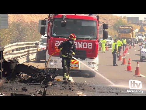 """VÍDEO: Un """"trailer"""" se precipita por el puente de la A45, en Benamejí, causando un incendio. El conductor ha muerto como consecuencia del accidente."""