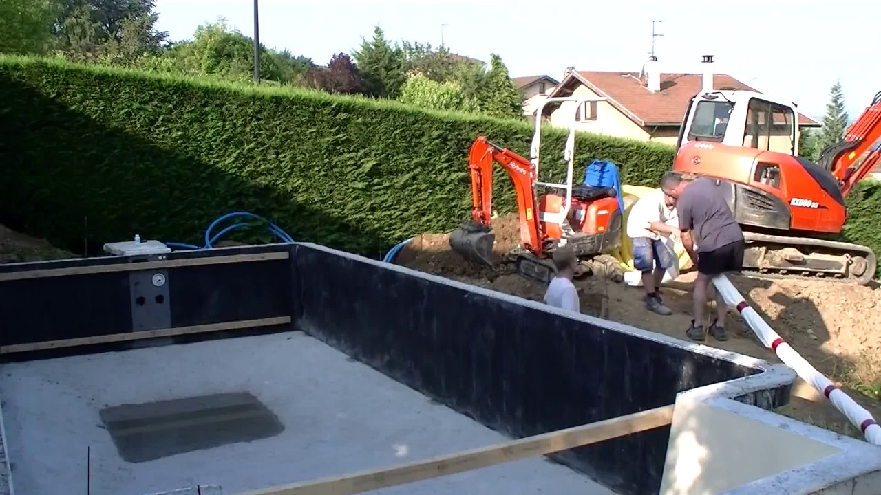 Construction d 39 une piscine desjoyaux youtube for Piscine desjoyaux