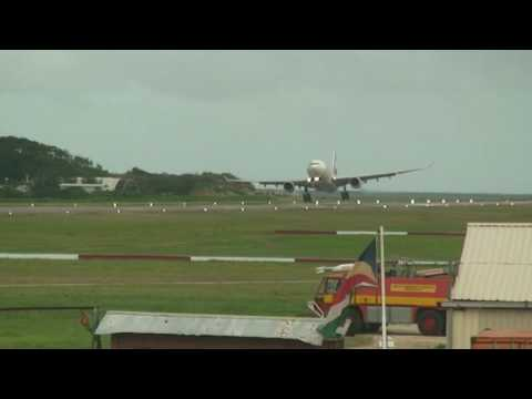 Crosswind landing attempt at Seychelles International Airport