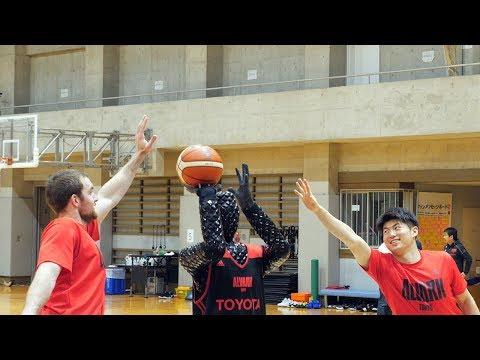 アルバルク東京のザック・バランスキーと安藤誓哉選手、バスケロボとのシュート対決に敗れる