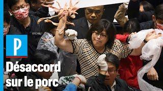 Taïwan : des députés jettent des abats de porc sur des élus au Parlement