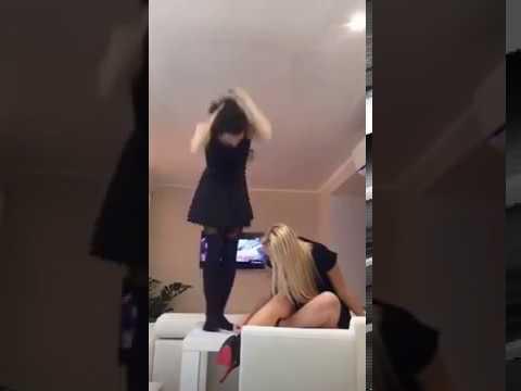 Periscope liseli kızlar külotlu çorapla dans ediyor +18