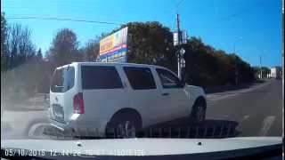 Не проехал мимо. Помощь на дороге(Пожилому человеку стало плохо, он присел на бордюр, его качнуло и он упал на дорогу головой, встать не получа..., 2015-10-05T15:42:13.000Z)