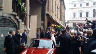 """Bergamonews - Bagno di folla dopo il """"sì"""" per la coppia Trussardi-Hunziker"""