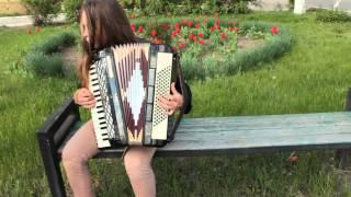 Девочка играет на аккордеоне)