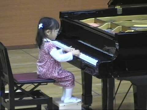 3-year-old Hiyori plays piano