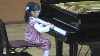 Repeat youtube video 3-year-old Hiyori plays piano