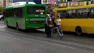 Худой водитель автобуса завалил толстого. Real video