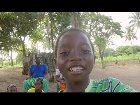 Une journée dans la vie de Justino au Mozambique on YouTube