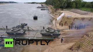 بناء جسر عائم لنقل المعدات العسكرية باستخدام المركبات البرمائية خلال دورة الألعاب العسكرية