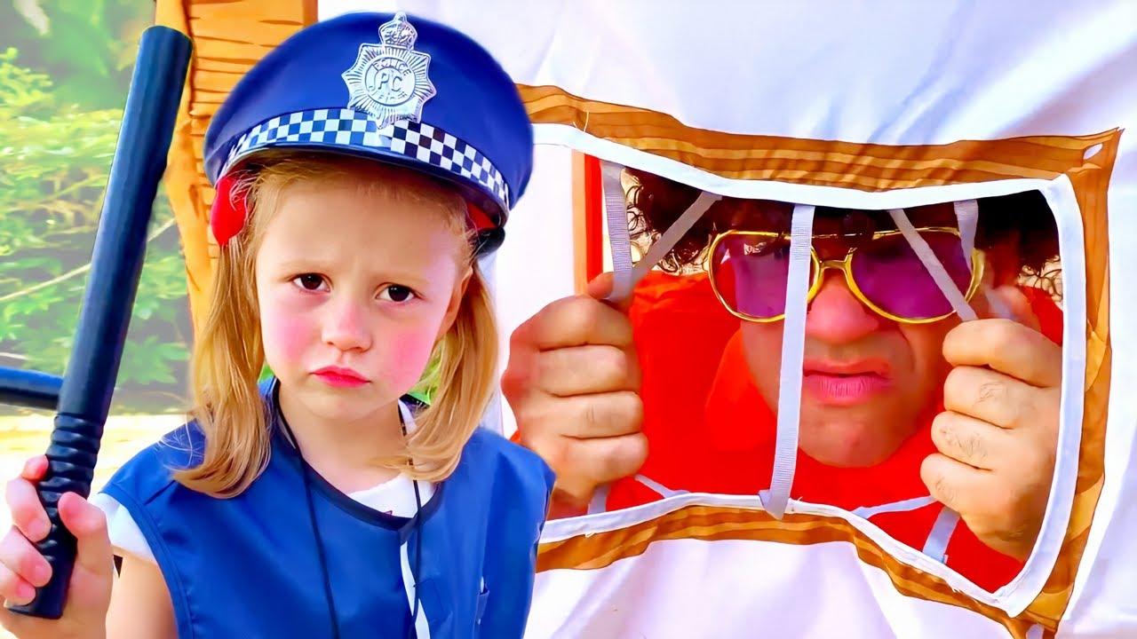 ناستيا وبابا يلعبان لعبة المهن , تتظاهر ناستيا بأنها شرطية