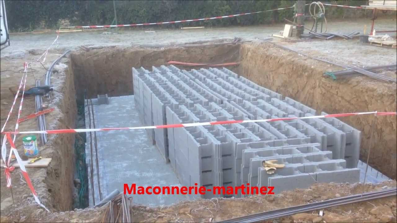 montage des agglos de 27 pour piscine ma onnerie martinez piscine youtube. Black Bedroom Furniture Sets. Home Design Ideas