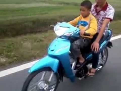 Dân chơi bốc đầu xe máy