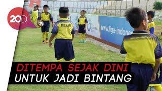 Download Video Belajar Sepak Bola Sejak Dini di Sekolah Olahraga Barito Putera MP3 3GP MP4