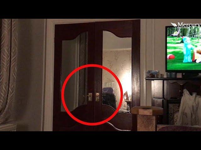 Un padre graba el escalofriante momento en que un fantasma cierra la puerta de un armario