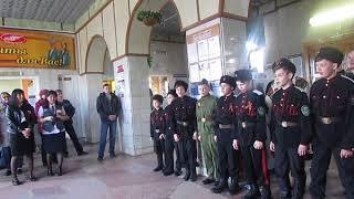 Дети пели песни военных лет на вокзале в Бердске