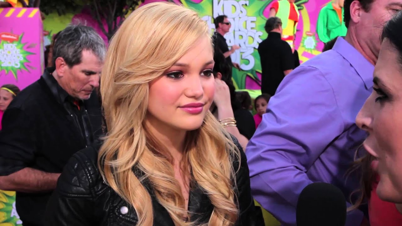 ... Mark Holt and mother Kim Holt, 157 cm tall Olivia Holt in 2017 photo