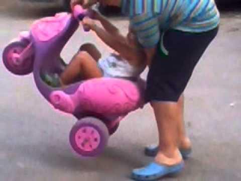 bimbo fa impennate su mini moto - youtube