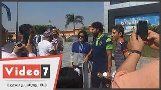 بالفيديو.. شباب وفتيات يلتفون حول حسام غالى لالتقاط الصور معه أمام المطار
