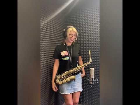 Блондинка на саксофоне играет Элтон Джона