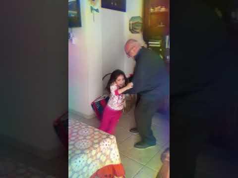 Una vita in vacanza una vecchia che balla nonno e nipote che ballano
