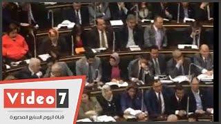 بالفيديو..أحاديث جانبية ومكالمات هاتفية ومغادرة نواب خلال عرض بيان الحكومة
