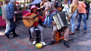 Kolumbien - Straßenmusikanten in Medellin