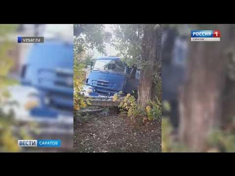В Ленинском районе грузовик врезался в дерево и снёс теплотрассу