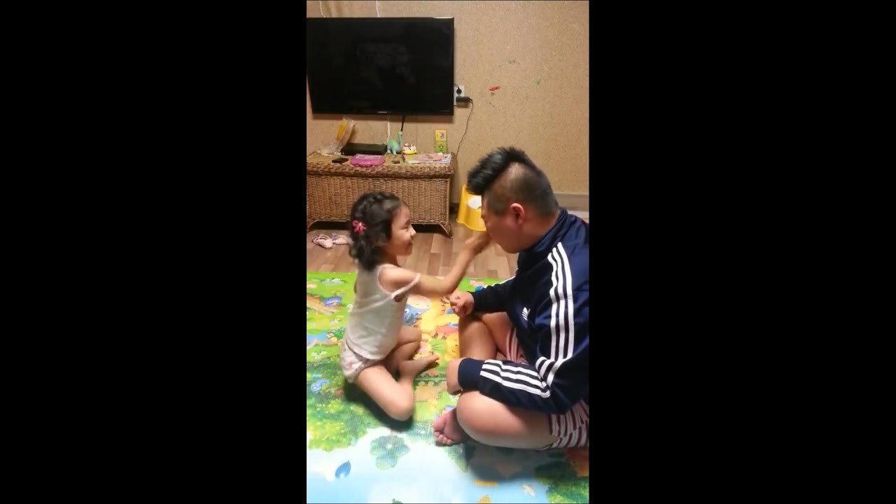 A big brother is playing the slap game with youngest sister 늦둥이 여동생과 뺨 때리기 가위바위보!