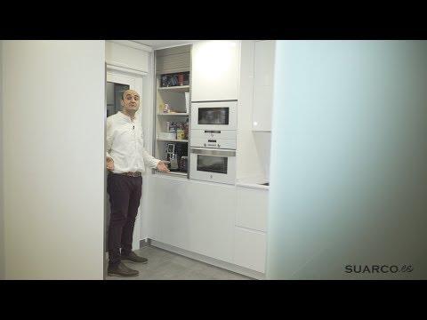 Cocina peque a moderna blanca zona comedor sin tiradores y encimera de silestone blanco - Cocina blanca sin tiradores ...