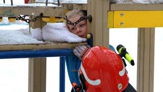 У девочки застряла голова в конструкциях горки(Источник - http://arh112.ru/novosti/1175-gorka-lovushka-malenkoj-devochke-igravshej-na-detskoj-ploshchadke-potrebovalas-pomoshch-spasatelej., 2016-02-04T13:03:47.000Z)