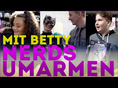 füllige-nerds-umarmen-mit-betty-taube-|-comic-con-berlin