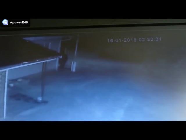 Kringtelevisie beeldmateriaal van verdagtes op 'n plaaswerf